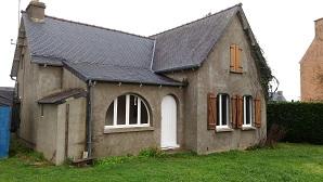 L'ancienne gendarmerie qui doit être détruite et remplacée par quatre pavillons pour loger de nouveau résidents permanents. Lopération est faite par Côtes d'Armor Habitat en relation avec la commune